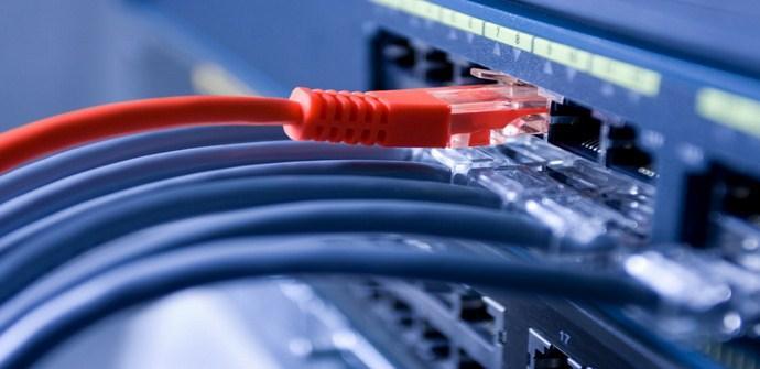 Varios cables conectados a un router