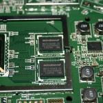 Vista de las dos pastillas de memoria RAM del router Cisco Linksys EA6500