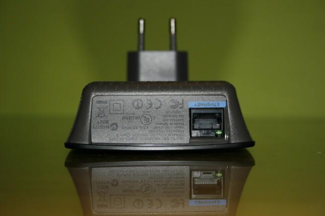 Vista inferior del AP Cisco Linksys RE2000 con el puerto Ethernet