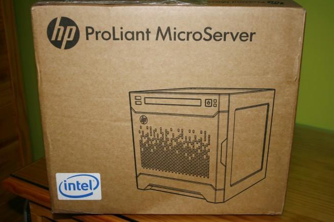 Vista frontal de la caja del HP ProLiant MicroServer Gen8