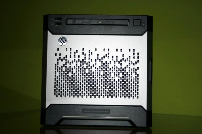 Vista en detalle del frontal del HP ProLiant MicroServer Gen8