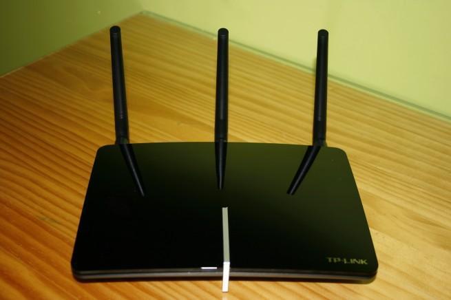 Vista frontal del router TP-LINK Archer D7 con las antenas montadas