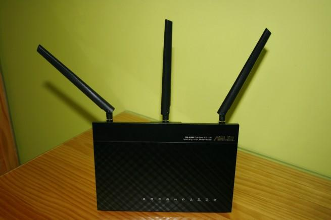 Vista frontal del router ASUS DSL-AC68u