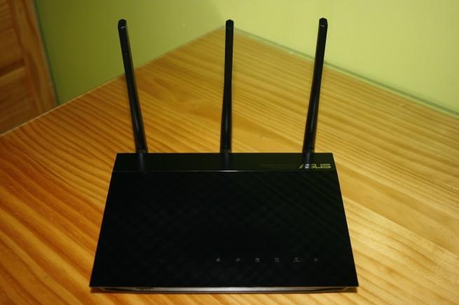 Vista frontal del router ASUS RT-N18u en todo su esplendor