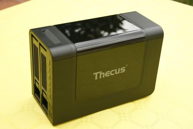 Vista superior del NAS Thecus N2310 en todo su esplendor