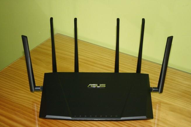 ASUS RT-AC3200 de frente con las antenas