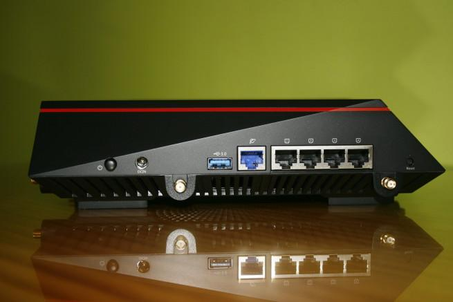 Trasera en detalle del router ASUS RT-AC5300