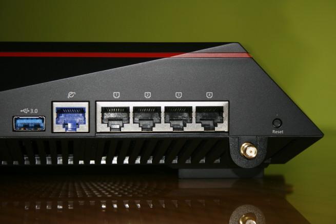 Puertos USB y Ethernet en el ASUS RT-AC5300
