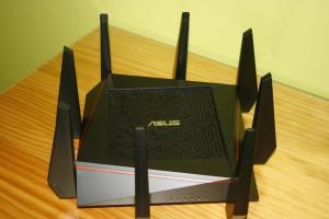 Vista del router ASUS RT-AC5300 con las 8 antenas conectadas