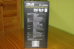 Lateral izquierdo de la caja del router ASUS RT-AC88U