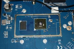 CPU principal y memoria RAM del router neutro Nanya NT5CC256M16CP-D1 con 512MB de capacidad