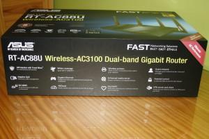 Inferior de la caja del router ASUS RT-AC88U