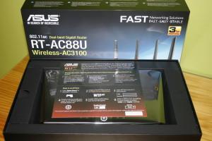 Interior de la caja del router ASUS RT-AC88U