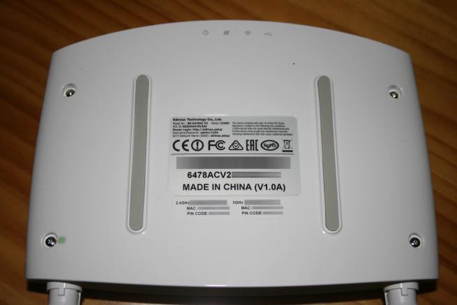 Vista inferior del router Edimax BR-6478AC V2 con la pegatina de datos