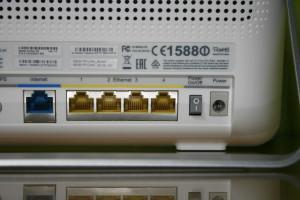 Detalle de los puertos Gigabit LAN y botón de encendido en el TP-LINK Archer C9