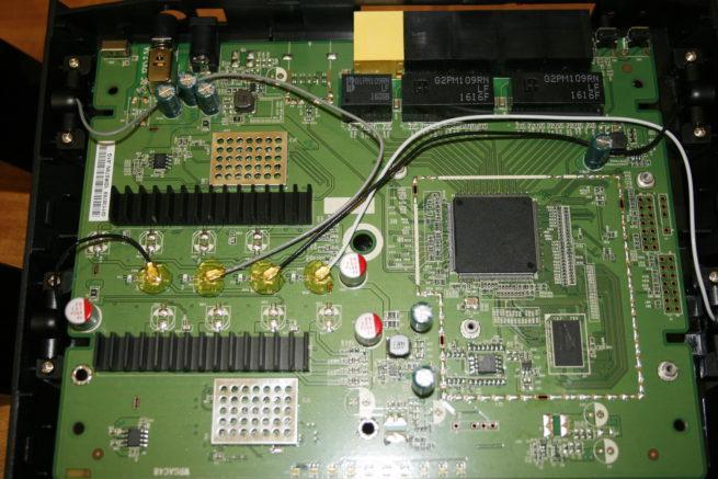 Componentes del router D-Link DIR-879 sin las placas metálicas