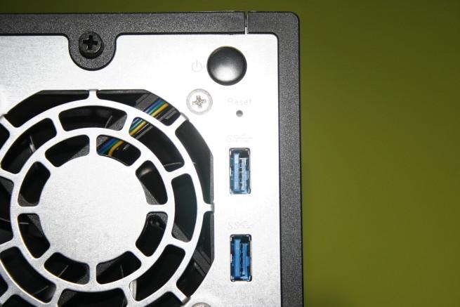 Botón de encendido y USB 3.0 del servidor NAS ASUSTOR AS3102T