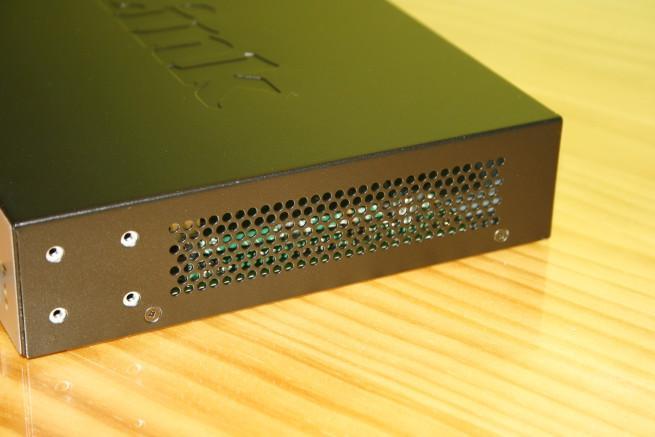 Lateral derecho del switch D-Link DGS-1100-10MP con rejilla de ventilación