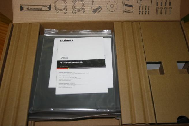 Interior de la caja del Edimax APC500