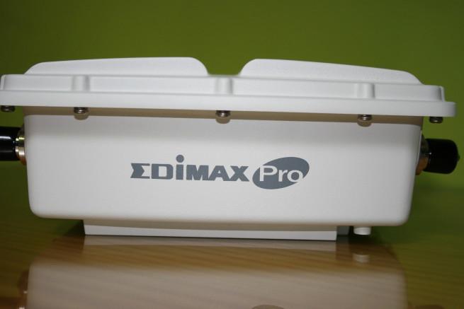Lateral superior del AP Edimax OAP1750 con el logo de Edimax PRO
