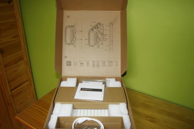 Interior de la caja del AP Edimax OAP1750