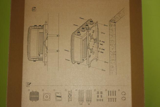 Interior de la caja con esquema de instalación del Edimax OAP1750