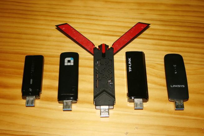 Comparativa tamaño de la tarjeta Vista en detalle de las antenas desplegables tarjeta Wi-Fi USB ASUS USB-AC68 con otras Wi-Fi AC1200