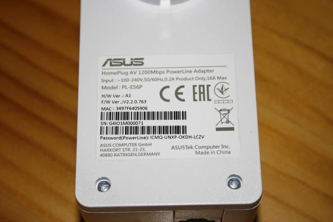 Pegatina en detalle de los PLC ASUS PL-E56P