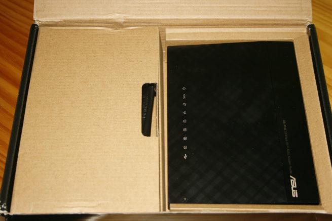Interior de la caja del router ASUS DSL-N14U