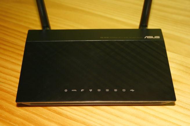 Frontal del ASUS DSL-N14U con los LEDs de estado