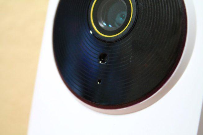Detalle del objetivo, infrarrojos y micrófono de la TP-Link NC250