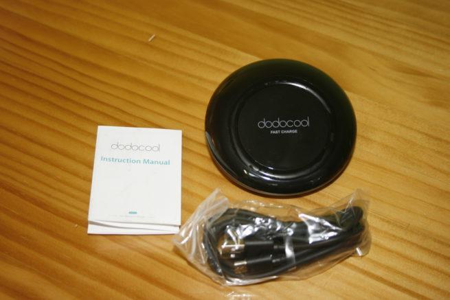 Contenido de la caja del dodocool Fast Wireless Charger con el cable USB y guía rápida de instalación