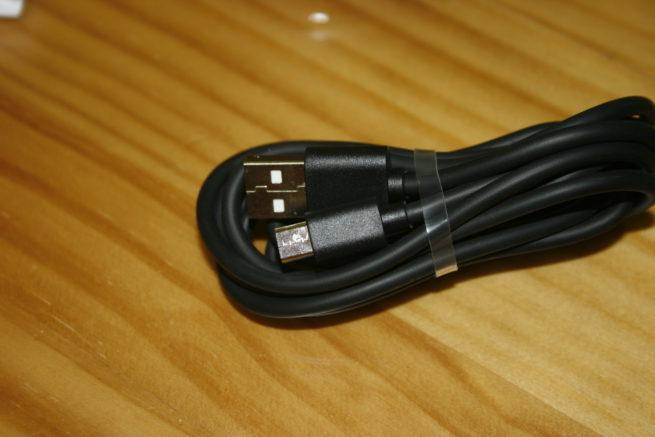 Vista en detalle del cable USB a micro USB del dodocool Fast Wireless Charger