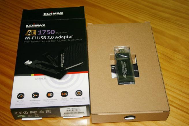 Interior de la caja del adaptador Edimax EW-7833UAC