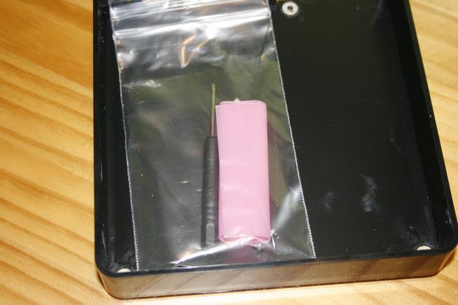 Vemos en detalle la bolsa con los accesorios del Nextcloud Box