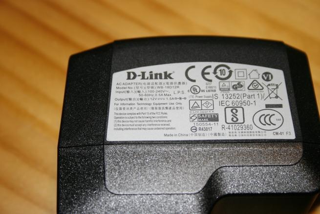 Vista del transformador de corriente del D-Link DIR-869 EXO AC1750 y sus especificaciones