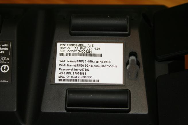 Vista de la pegatina de credenciales Wi-Fi para conectarnos inalámbricamente al D-Link DIR-869 EXO AC1750