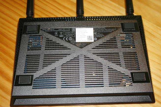 Zona inferior del router Vista de la parte lateral derecha del router ASUS RT-AC66U B1 con las rejillas de ventilación