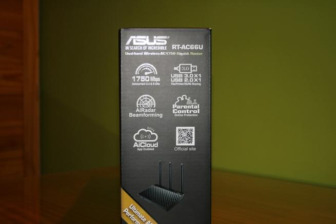 Lateral derecho de la caja del router ASUS RT-AC66U B1