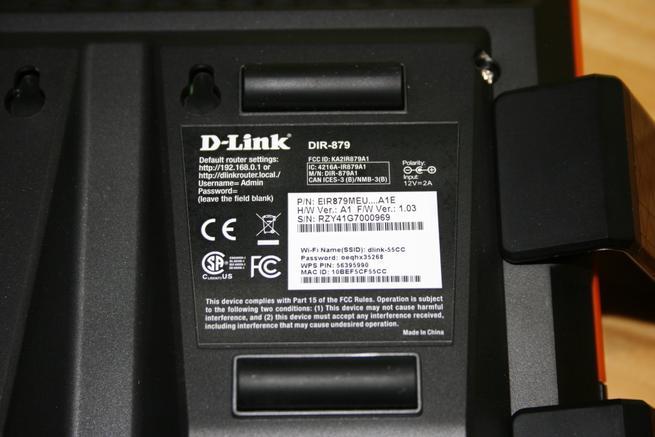 Detalle de la pegatina del router D-Link DIR-879 EXO AC1900