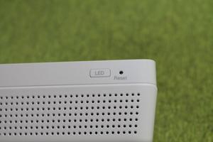 Botón de encendido/apagado de los LED y botón de reset