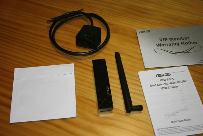 Contenido de la caja de la tarjeta Wi-FiASUS USB-AC56