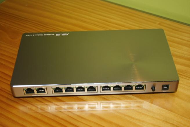 Trasera del switch ASUS XG-U2008 con todos los puertos Ethernet