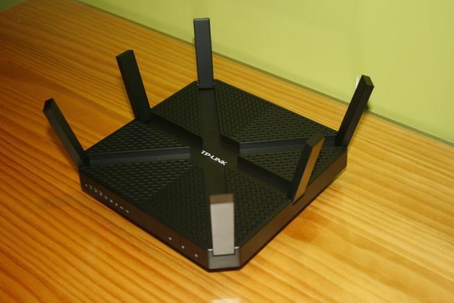 Vista frontal del router TP-Link Archer C3200 con las antenas desplegables