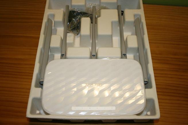 Interior de la caja del router TP-Link Archer C60