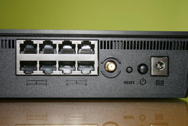 Puertos LAN del router ASUS BRT-AC828 junto al conector RP-SMA y botones de acción