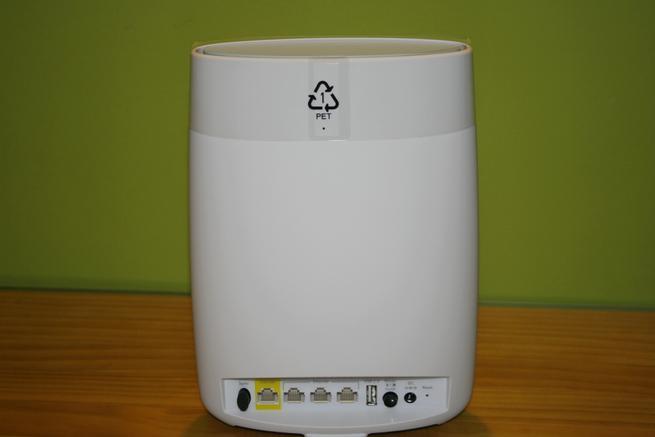 Trasera del router NETGEAR Orbi Router en detalle con todas las conexiones