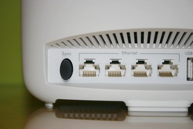 Conexiones Ethernet y botón de sincronización del NETGEAR Orbi Satélite