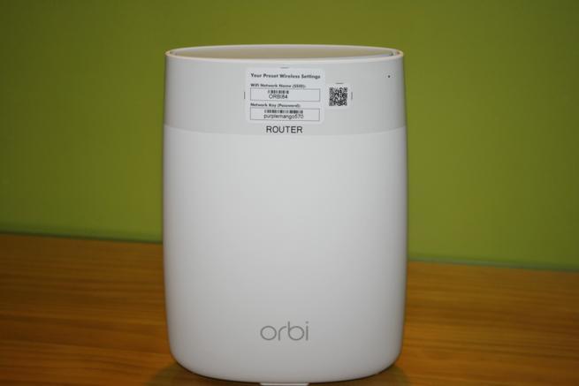 Frontal del router NETGEAR Orbi Router con los datos de acceso Wi-Fi