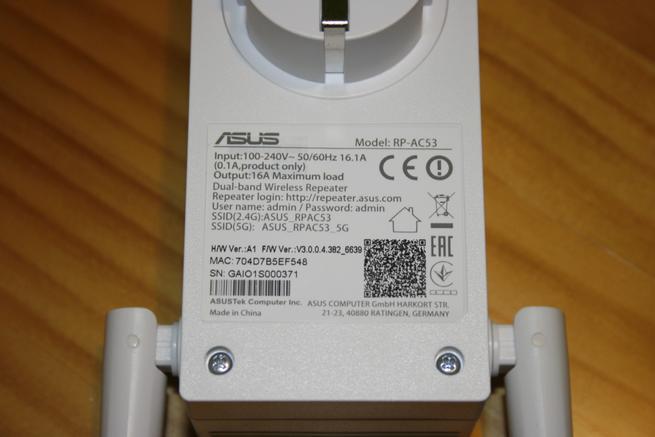 Detalle de la pegatina del repetidor ASUS RP-AC53